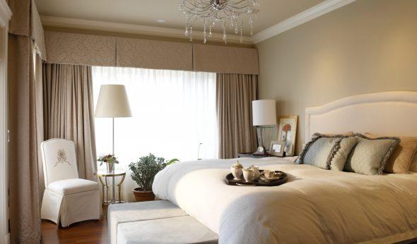 Интерьер спальни с люстрой