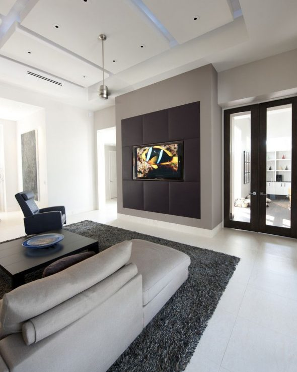Телевизор на чёрном фоне
