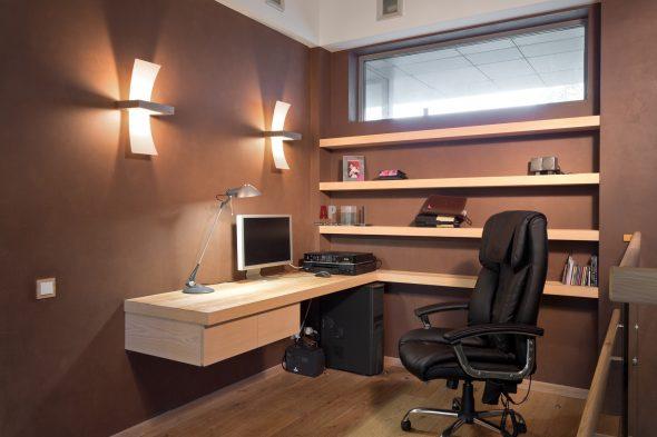 Консоль вместо стола в кабинете