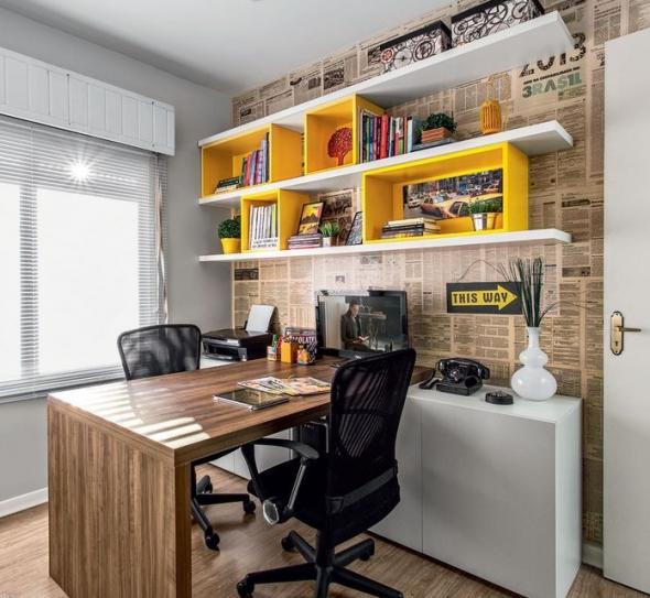 Широкий стол в центре домашнего офиса