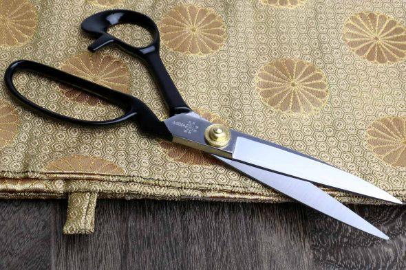 Ножницы и ткань