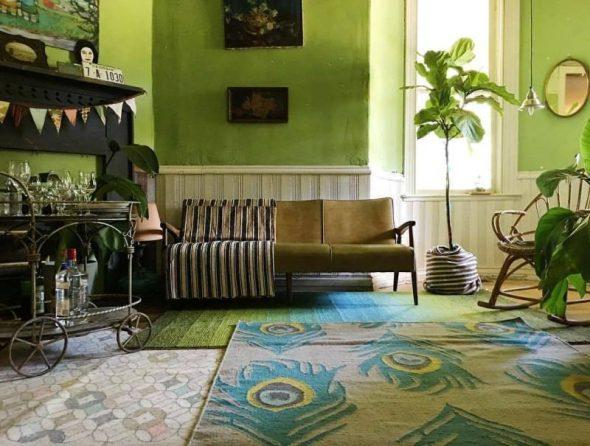 Несколько ковров в зелёной комнате