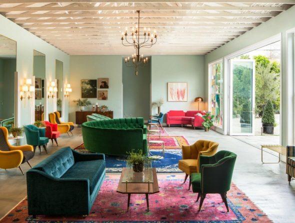 Разноцветные ковры в одной комнате