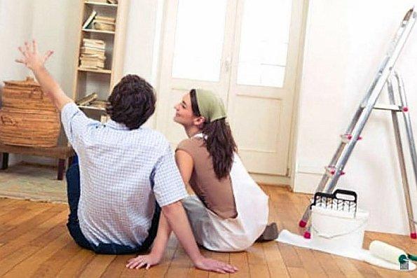 Парень с девушкой сидят на полу