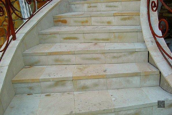 Лестница, облицованная плиткой из песчаника