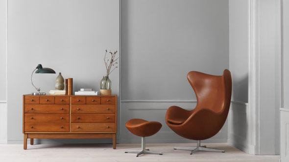 Кресло от дизайнера Арне Якобсена в интерьере комнаты