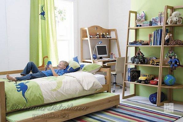 Ребёнок лежит на кровати в комнате