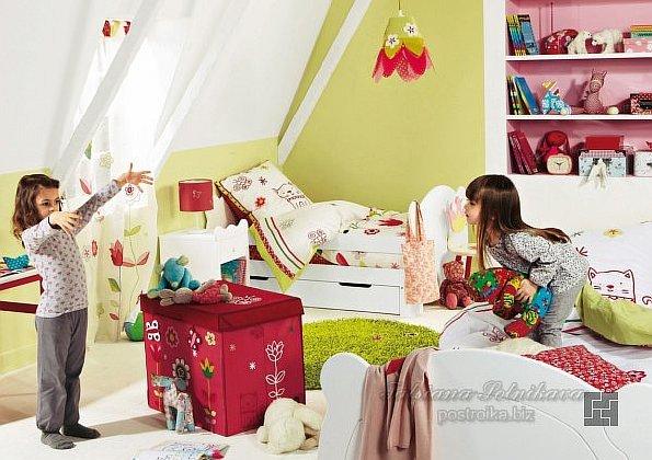 Две девочки играют в комнате