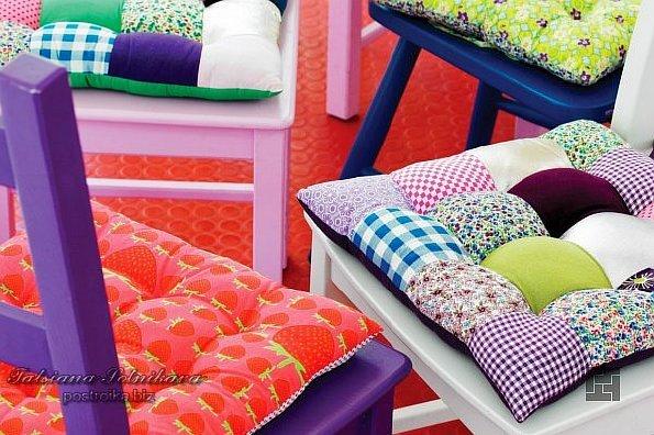 Мягкие подушки на стульях