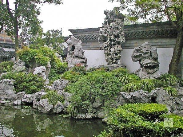 сад камней с прудом