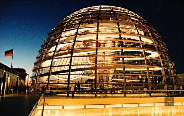 Стеклянный купол здания Рейхстага в Берлине после реконструкции