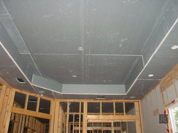 Готовый подвесной потолок из гипсокартона перед финальной отделкой