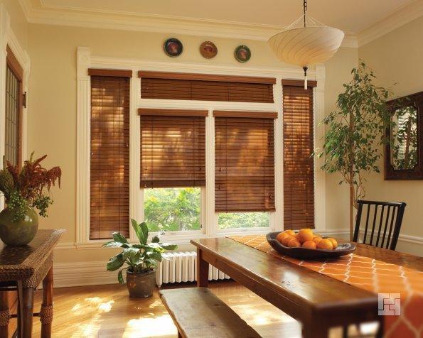 Деревянные горизонтальные жалюзи в гостиной