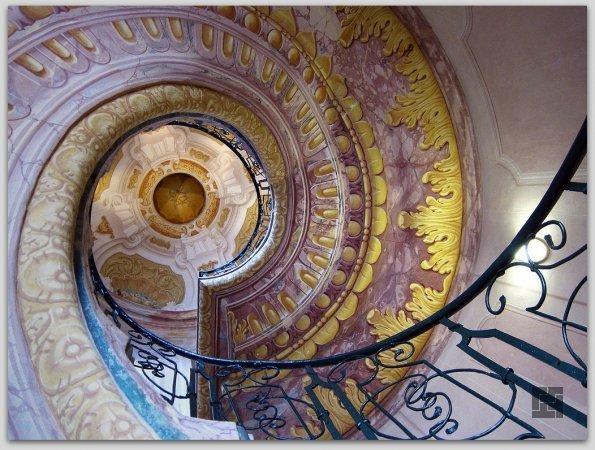 Винтовая лестница в библиотеке аббатства Мельке