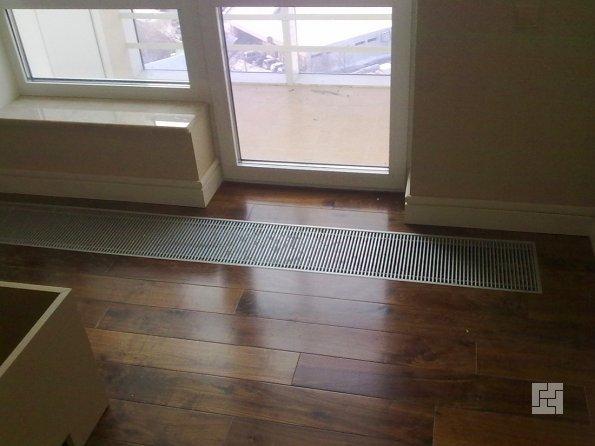 внутрипольный радиатор возле двери