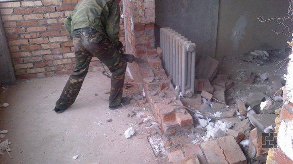 процесс демонтажа балконной перегородки