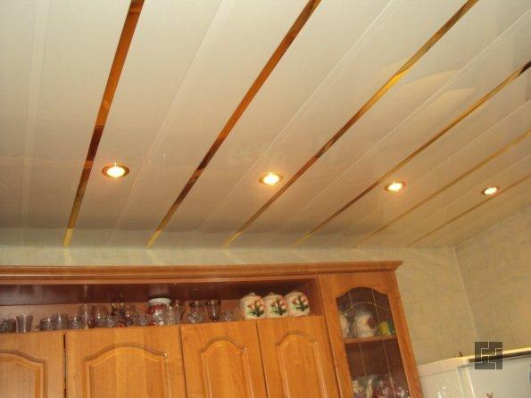 реечный потолок с точечным освещением