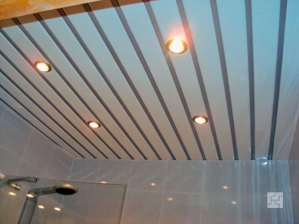 реализация реечного потолка в ванной комнате