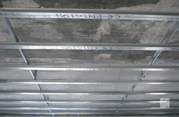 монтаж крепежной системы реечного потолка