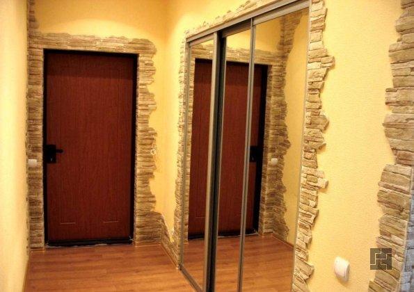шкаф-купе с зеркальным дверцами в узкой прихожей