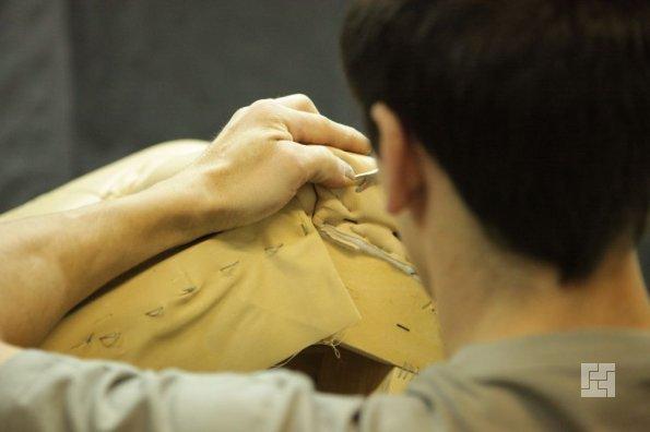 процесс обшивки дивана: тщательное подгибание углов