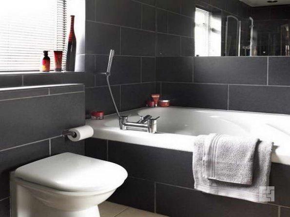 стильная ванна комната с окном