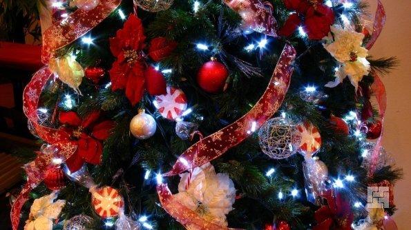 Елку на Новый Год наряжают красиво, богато, чтобы и год был богатым и счастливым