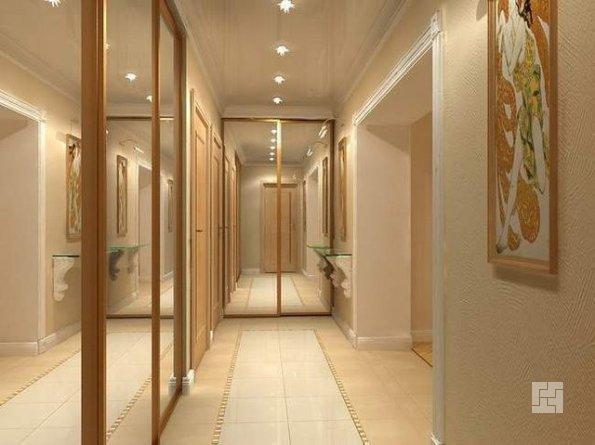 Хорошо освещенный узкий коридор