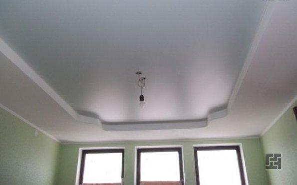 Сатиновый натяжной потолок в плохо освещенном маленьком помещении