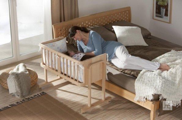 Детская комната с кроваткой для малыша и отдельной кровати для мамы
