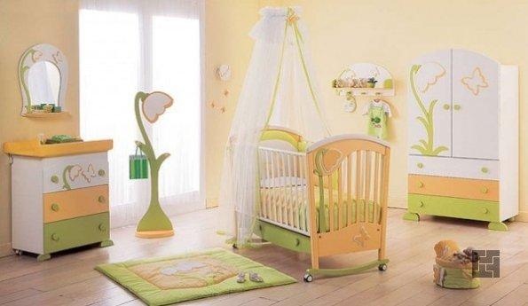 Кроватка посередине детской комнаты