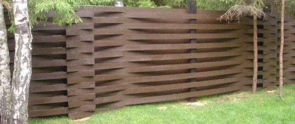 Плетёный забор из досок своими руками