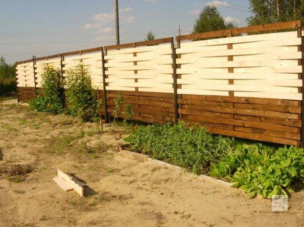 Плетёный забор перед финишной отделкой