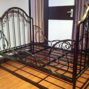 Изысканный металлический каркас кровати
