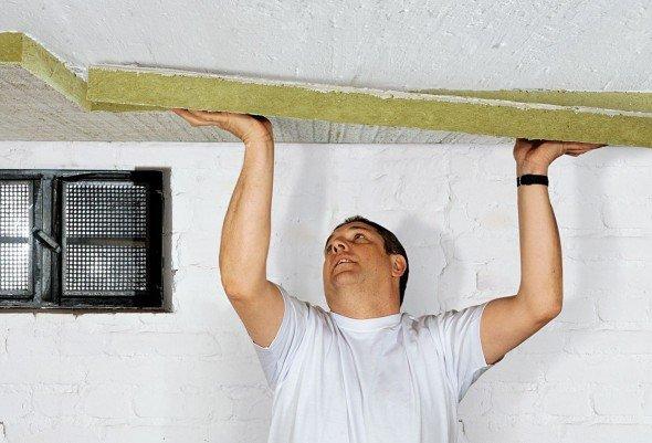 Приклеивание листов минеральной ваты к потолку