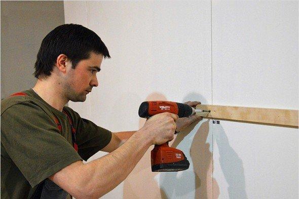 Процесс установки деревянной обрешётки. Крепление горизонтальной рейки.