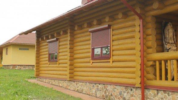 Деревянный дом с готовыми роллетами на окнах