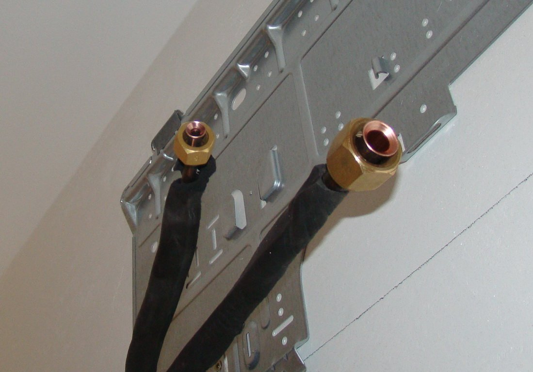 Трубки фреонового контура перед подключением к внутреннему блоку