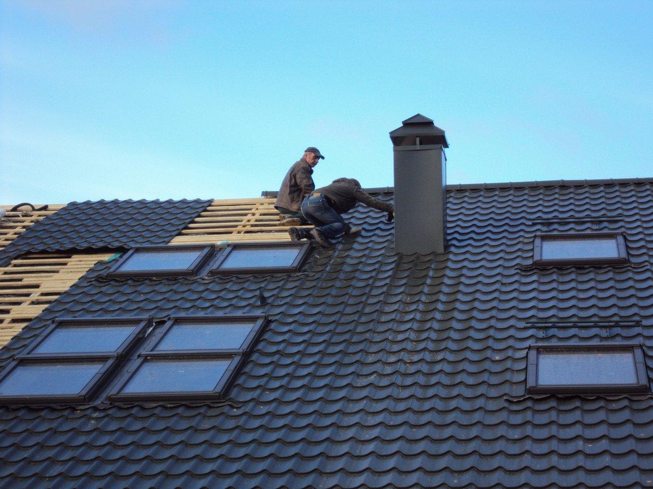 Знания о том, как укладывать профнастил на крышу, позволят на многие годы забыть про ремонт кровли