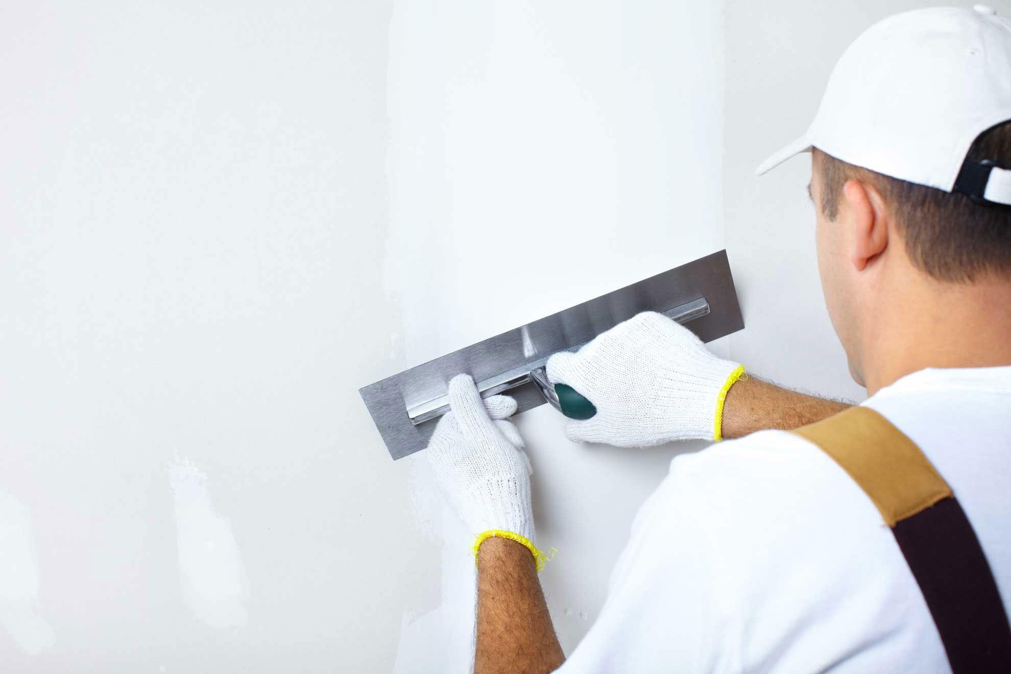 Несколько тонкостей процесса шпаклевания стен под обои