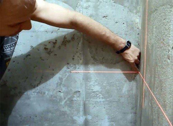 Разметка стены лазерным уровнем