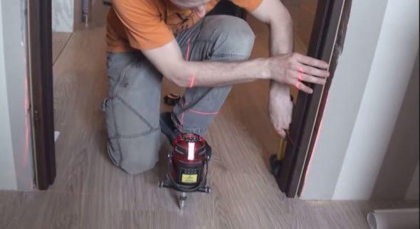 Регулировка расположения дверного блока лазерным уровнем