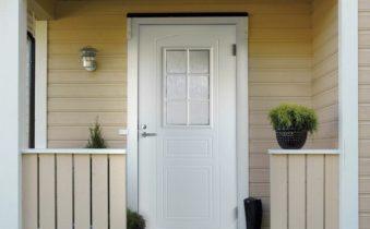 Входная дверь белого цвета