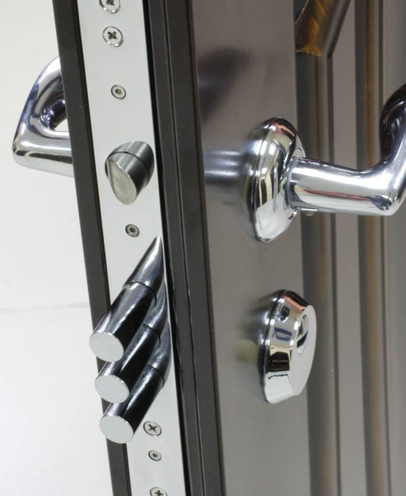 Дверь с замком и ручкой из металла