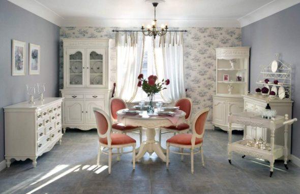 Уютная гостиная с использованием обоев