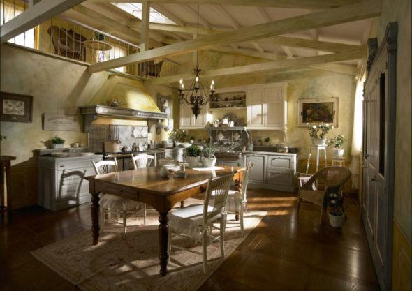 Просторная кухня со сложной конструкцией потолка