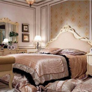 Французская спальня с роскошной кроватью