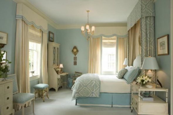 Французская спальня в бело-голубых тонах