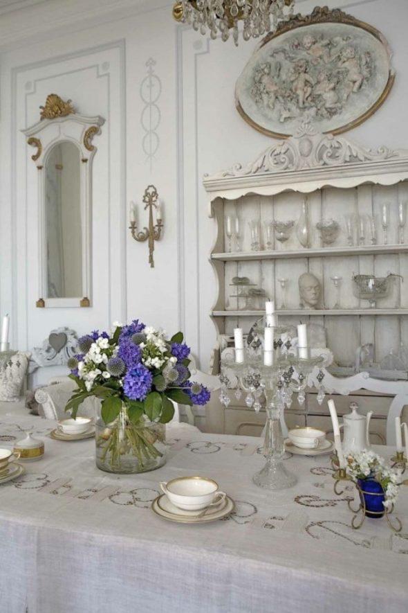 Открытые полочки — частая деталь французского интерьера