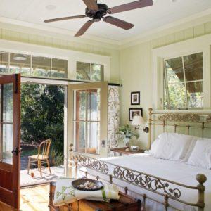 Спальня с выходом на террасу в стиле прованс